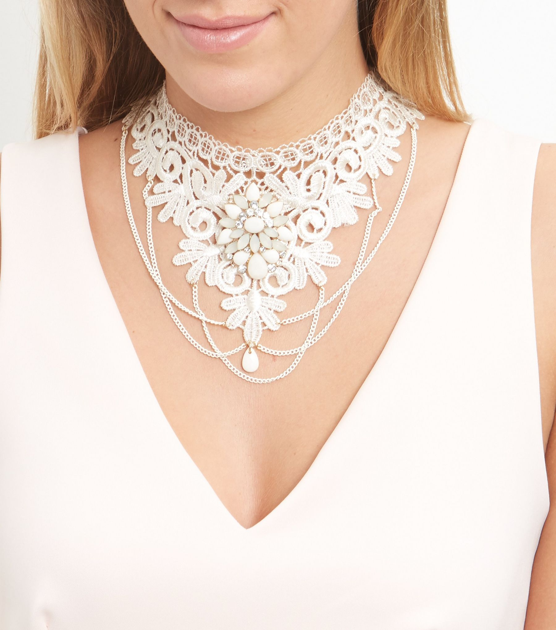 Collier plastron en dentelle beige orné de pierreries | New Look