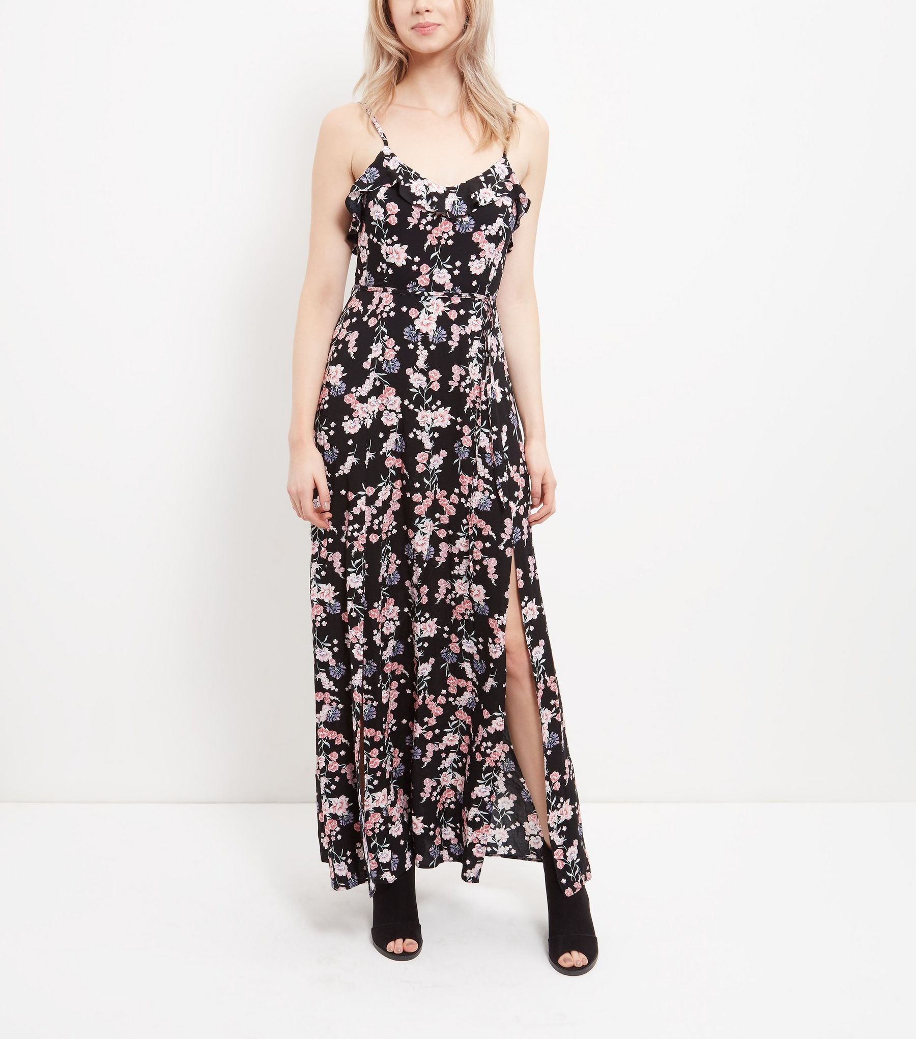 Maxi robe noire fleurie à bordure volantée et fentes sur les côtés | New Look