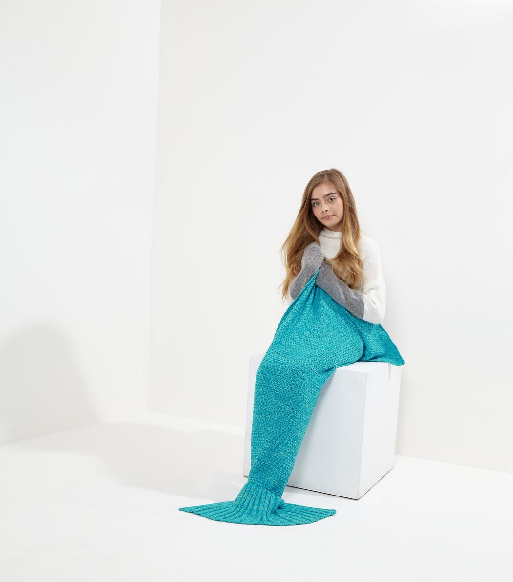 http://media.newlookassets.com/i/newlook/515195248/teens/underwear-and-nightwear/nightwear/teens-blue-mermaid-tail-blanket-/?$new_pdp_szoom_image_1050$